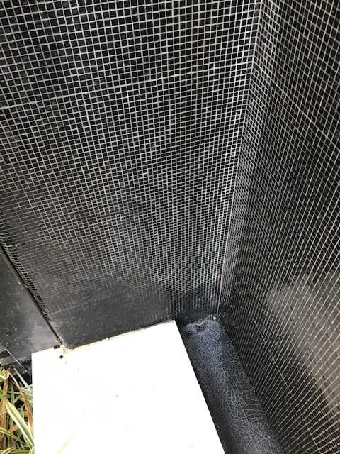 carrelage noir couvert de calcaire