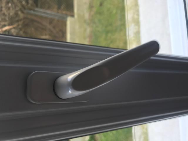 Désinfection d'une poignée de fenêtre avec une lingette imprégnée de solution Hydro-alcoolique